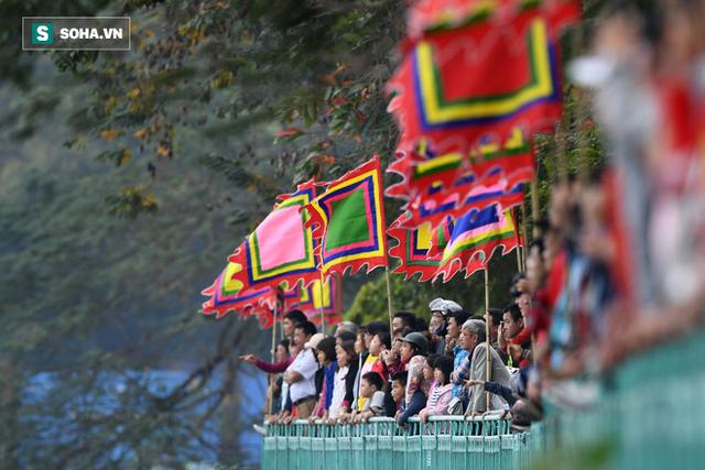 Hàng nghìn người chen chân chật kín mép hồ Tây xem đua thuyền rồng - Ảnh 11.