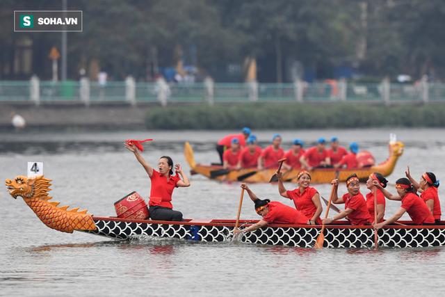 Hàng nghìn người chen chân chật kín mép hồ Tây xem đua thuyền rồng - Ảnh 12.
