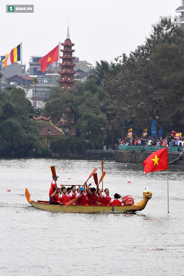 Hàng nghìn người chen chân chật kín mép hồ Tây xem đua thuyền rồng - Ảnh 14.