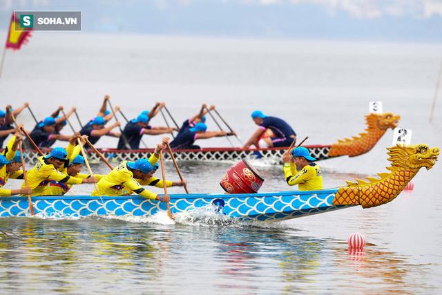 Hàng nghìn người chen chân chật kín mép hồ Tây xem đua thuyền rồng - Ảnh 15.