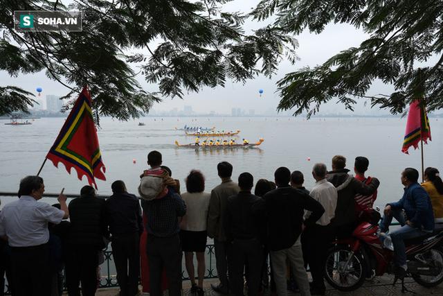 Hàng nghìn người chen chân chật kín mép hồ Tây xem đua thuyền rồng - Ảnh 17.