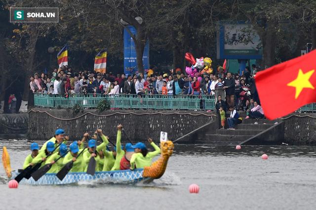 Hàng nghìn người chen chân chật kín mép hồ Tây xem đua thuyền rồng - Ảnh 3.