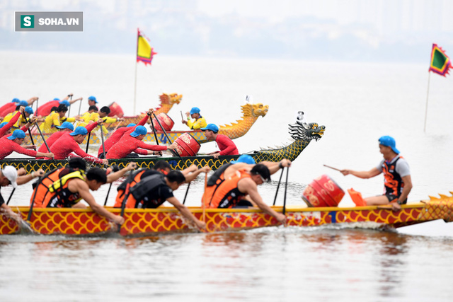 Hàng nghìn người chen chân chật kín mép hồ Tây xem đua thuyền rồng - Ảnh 4.