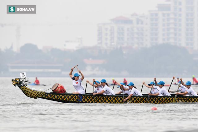 Hàng nghìn người chen chân chật kín mép hồ Tây xem đua thuyền rồng - Ảnh 9.
