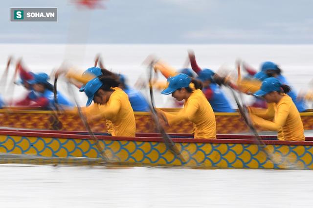 Hàng nghìn người chen chân chật kín mép hồ Tây xem đua thuyền rồng - Ảnh 10.