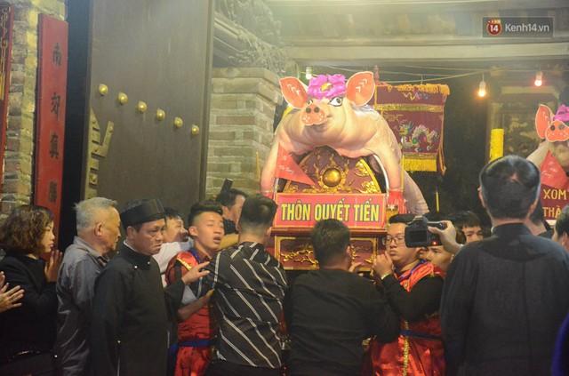 Hà Nội: Dùng kim khâu vào da của 17 ông lợn để thực hiện lễ rước và tế lợn trong đêm ở làng La Phù - Ảnh 13.