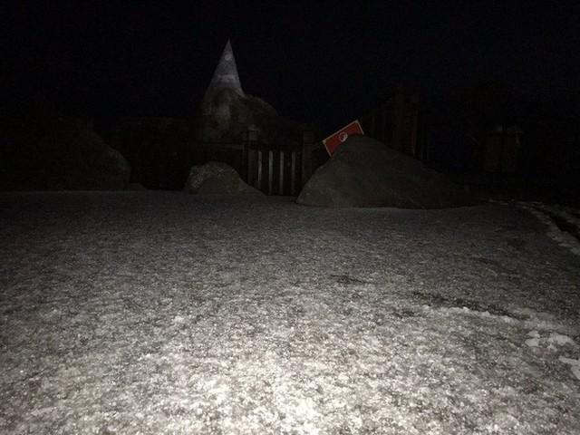 Đỉnh Fansipan phủ kín băng trắng sau cơn mưa kéo dài 30 phút - Ảnh 17.