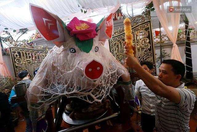 Hà Nội: Dùng kim khâu vào da của 17 ông lợn để thực hiện lễ rước và tế lợn trong đêm ở làng La Phù - Ảnh 3.