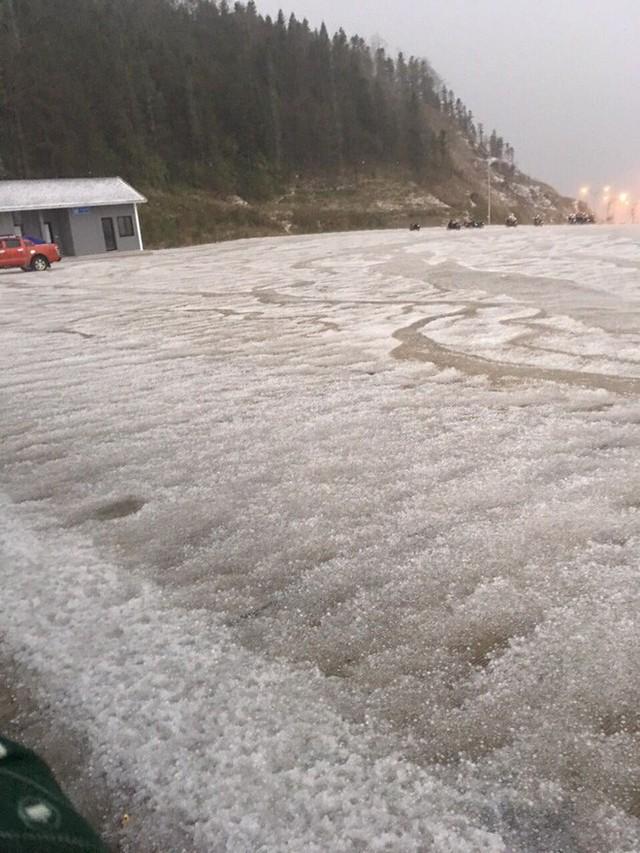 Đỉnh Fansipan phủ kín băng trắng sau cơn mưa kéo dài 30 phút - Ảnh 5.