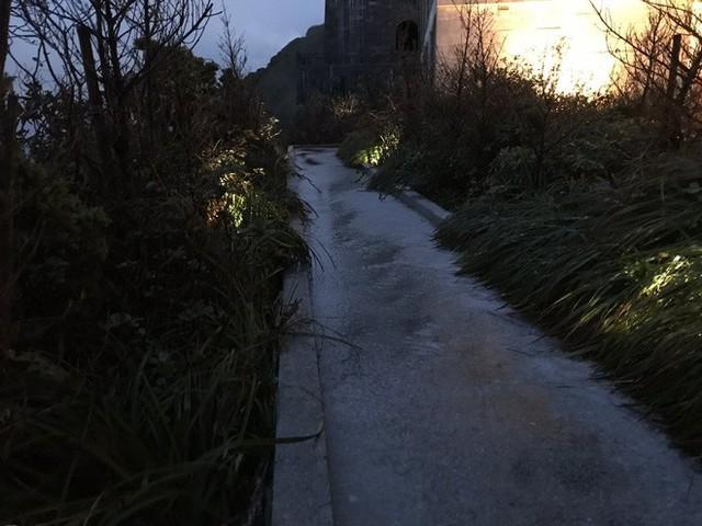 Đỉnh Fansipan phủ kín băng trắng sau cơn mưa kéo dài 30 phút - Ảnh 7.