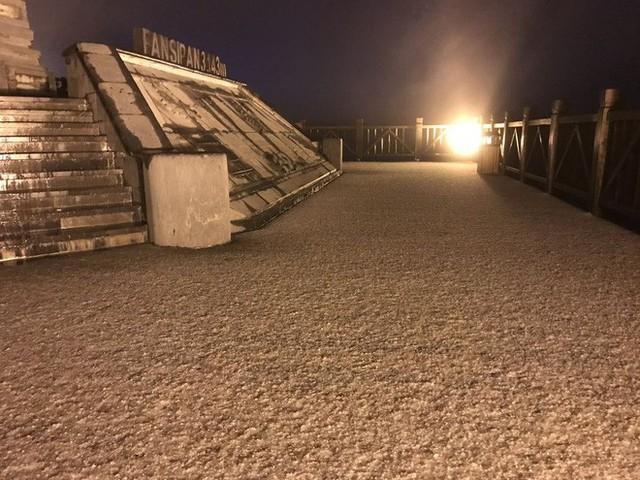 Đỉnh Fansipan phủ kín băng trắng sau cơn mưa kéo dài 30 phút - Ảnh 11.