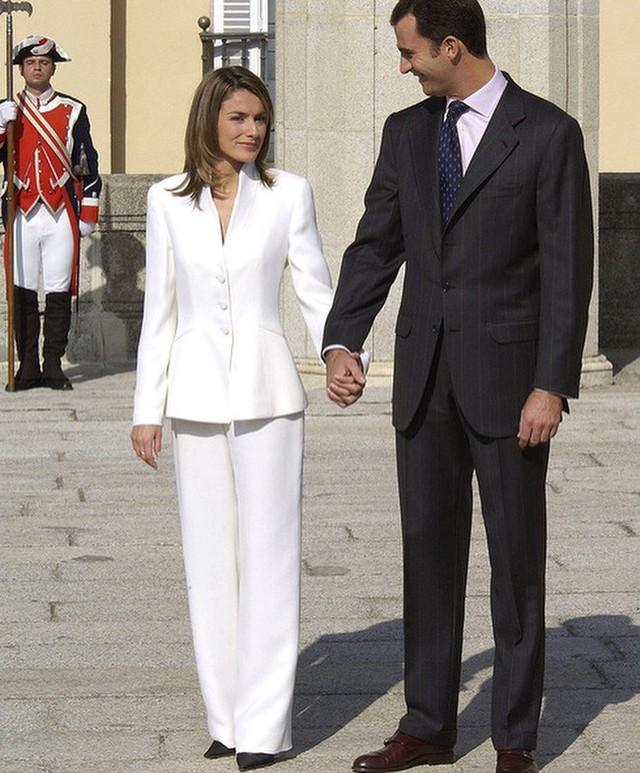 Tiết kiệm đỉnh cao như Hoàng hậu Letizia: Mặc lại bộ suit sau 16 năm vẫn đẹp, nhưng lý do đằng sau sẽ khiến bạn tan chảy - Ảnh 2.