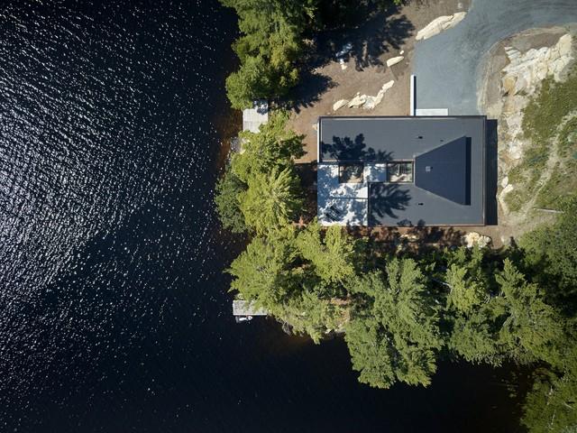 Ngôi nhà trên diện tích hơn 2.700 m2 có lưng dựa rừng thông cổ thụ, mặt hướng hồ - Ảnh 1.