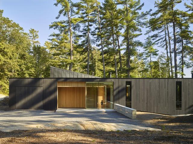 Ngôi nhà trên diện tích hơn 2.700 m2 có lưng dựa rừng thông cổ thụ, mặt hướng hồ - Ảnh 2.