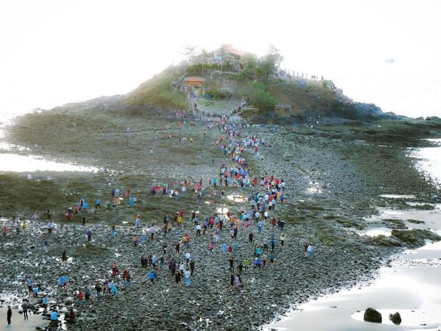 CLIP: Ngàn người rẽ biển viếng ngôi miếu linh thiêng  - Ảnh 1.