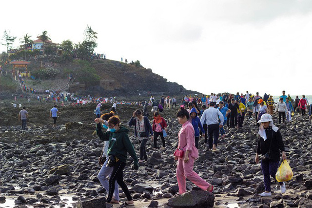 CLIP: Ngàn người rẽ biển viếng ngôi miếu linh thiêng  - Ảnh 3.
