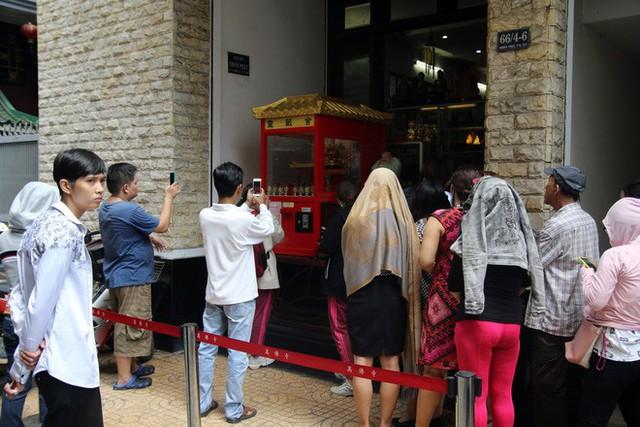 Đầu năm, dân Sài Gòn đội nắng xin quẻ ở máy nhả xăm tự động trong chùa - Ảnh 2.