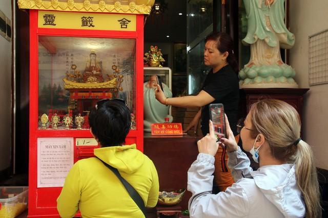 Đầu năm, dân Sài Gòn đội nắng xin quẻ ở máy nhả xăm tự động trong chùa - Ảnh 17.