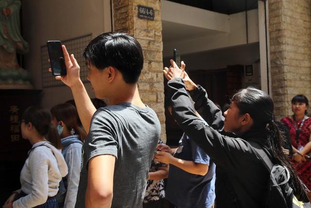 Đầu năm, dân Sài Gòn đội nắng xin quẻ ở máy nhả xăm tự động trong chùa - Ảnh 18.
