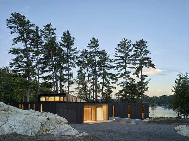 Ngôi nhà trên diện tích hơn 2.700 m2 có lưng dựa rừng thông cổ thụ, mặt hướng hồ - Ảnh 3.