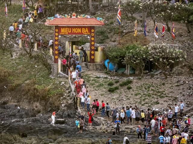 CLIP: Ngàn người rẽ biển viếng ngôi miếu linh thiêng  - Ảnh 4.