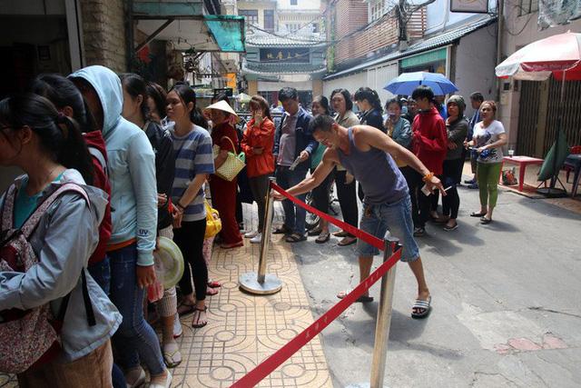 Đầu năm, dân Sài Gòn đội nắng xin quẻ ở máy nhả xăm tự động trong chùa - Ảnh 4.