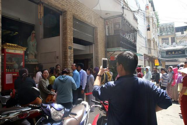 Đầu năm, dân Sài Gòn đội nắng xin quẻ ở máy nhả xăm tự động trong chùa - Ảnh 22.