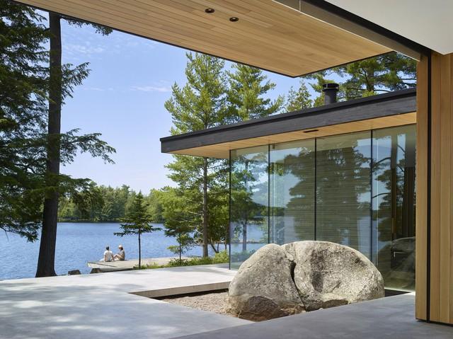 Ngôi nhà trên diện tích hơn 2.700 m2 có lưng dựa rừng thông cổ thụ, mặt hướng hồ - Ảnh 4.