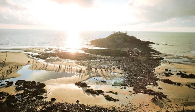 CLIP: Ngàn người rẽ biển viếng ngôi miếu linh thiêng  - Ảnh 5.