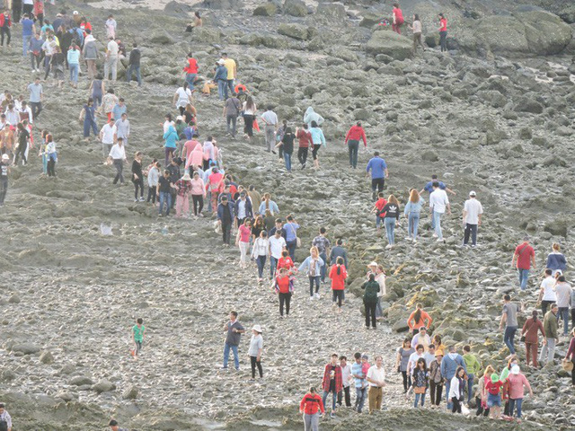 CLIP: Ngàn người rẽ biển viếng ngôi miếu linh thiêng  - Ảnh 7.