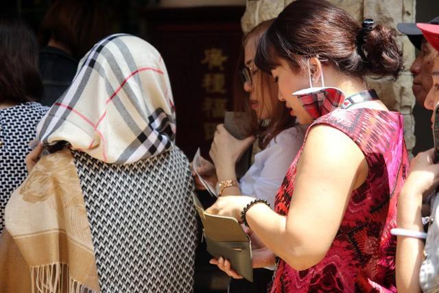 Đầu năm, dân Sài Gòn đội nắng xin quẻ ở máy nhả xăm tự động trong chùa - Ảnh 7.