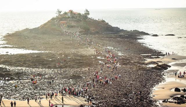 CLIP: Ngàn người rẽ biển viếng ngôi miếu linh thiêng  - Ảnh 9.