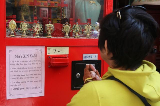 Đầu năm, dân Sài Gòn đội nắng xin quẻ ở máy nhả xăm tự động trong chùa - Ảnh 9.