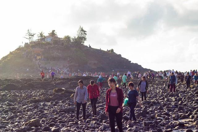 CLIP: Ngàn người rẽ biển viếng ngôi miếu linh thiêng  - Ảnh 10.