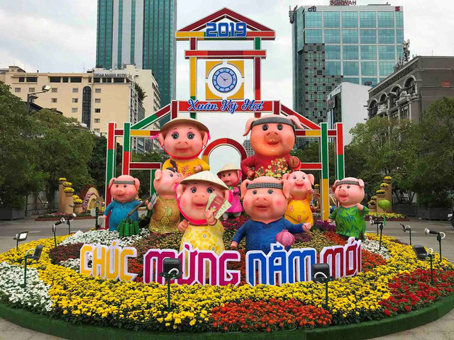 Những chú heo ngộ nghĩnh trên đường hoa Nguyễn Huệ - Ảnh 2.