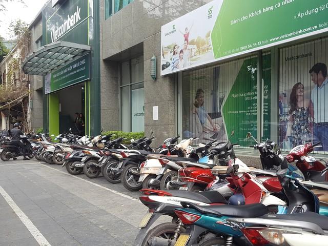 28 Tết: Một số ngân hàng vẫn giao dịch đến hết ngày - Ảnh 1.