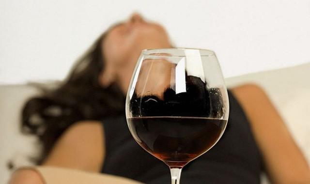 Mất trí nhớ sau khi uống rượu: 2 nguyên tắc giúp bạn giảm say, bớt gây hại sức khỏe - Ảnh 1.