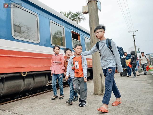 Chuyến tàu mùa xuân chở công nhân nghèo dọc đường đất nước về đến ga Hà Nội và những khoảnh khắc đoàn tụ đầy xúc động - Ảnh 11.