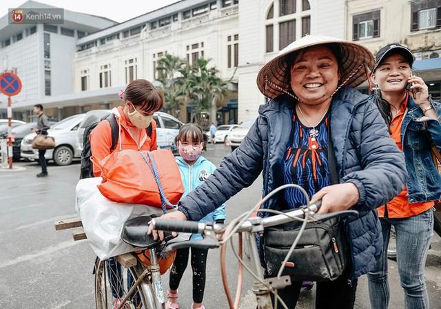 Chuyến tàu mùa xuân chở công nhân nghèo dọc đường đất nước về đến ga Hà Nội và những khoảnh khắc đoàn tụ đầy xúc động - Ảnh 12.