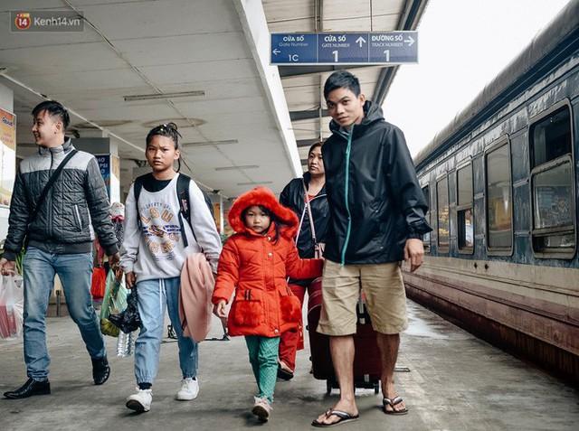 Chuyến tàu mùa xuân chở công nhân nghèo dọc đường đất nước về đến ga Hà Nội và những khoảnh khắc đoàn tụ đầy xúc động - Ảnh 13.