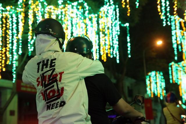 Đường phố Sài Gòn lung linh huyền ảo trong những ngày cuối năm - Ảnh 13.