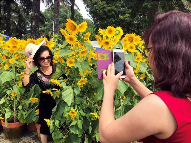 Chợ hoa Tết lớn nhất Sài Gòn nhộn nhịp ngày cuối năm - Ảnh 14.