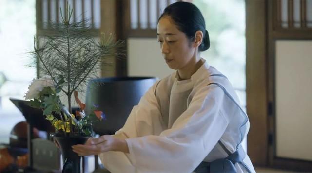 Sau 10 năm ẩn dật, người phụ nữ Nhật Bản trở thành kho báu quốc gia khi được mọi người mệnh danh là bậc thầy cắm hoa - Ảnh 16.