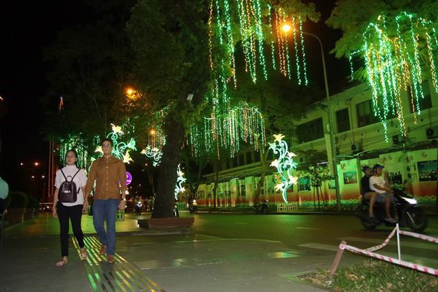 Đường phố Sài Gòn lung linh huyền ảo trong những ngày cuối năm - Ảnh 16.