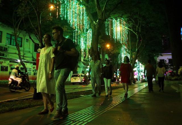 Đường phố Sài Gòn lung linh huyền ảo trong những ngày cuối năm - Ảnh 17.