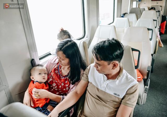 Chuyến tàu mùa xuân chở công nhân nghèo dọc đường đất nước về đến ga Hà Nội và những khoảnh khắc đoàn tụ đầy xúc động - Ảnh 3.