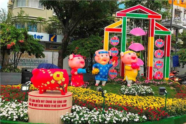 Những chú heo ngộ nghĩnh trên đường hoa Nguyễn Huệ - Ảnh 3.