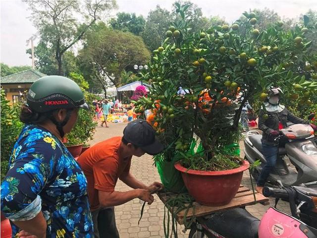 Kiếm tiền triệu mỗi ngày từ chở thuê ở chợ hoa ngày cận Tết - Ảnh 3.