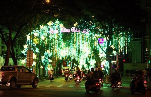 Đường phố Sài Gòn lung linh huyền ảo trong những ngày cuối năm - Ảnh 6.