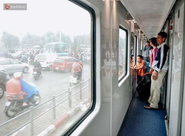 Chuyến tàu mùa xuân chở công nhân nghèo dọc đường đất nước về đến ga Hà Nội và những khoảnh khắc đoàn tụ đầy xúc động - Ảnh 7.